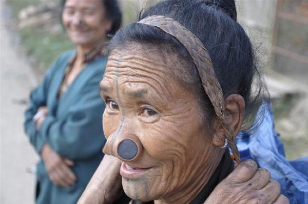 Для чего женщины народа апатани вставляли в нос пробки