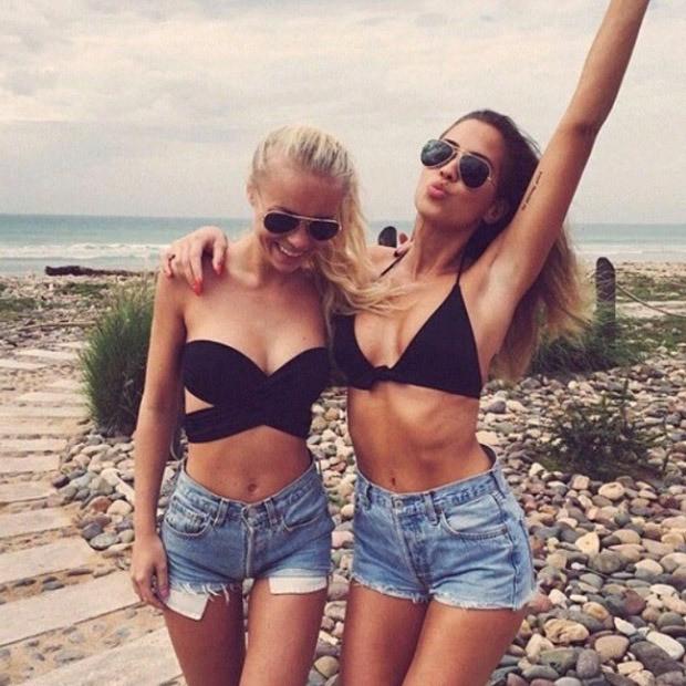 Девушки в обтягивающих джинсовых шортиках