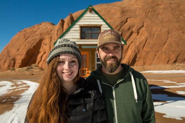 Пара путешествует по стране в крошечном домике на колесах