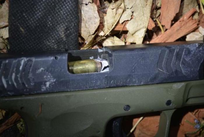 Пуля полицейского попала прямо в ствол пистолета преступника