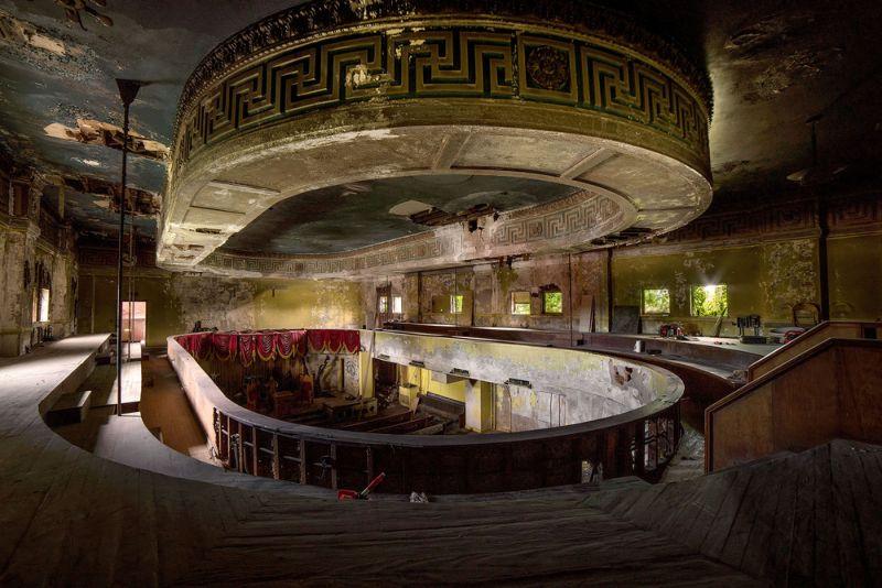 Заброшенное похоронное бюро, созданное в оперном театре