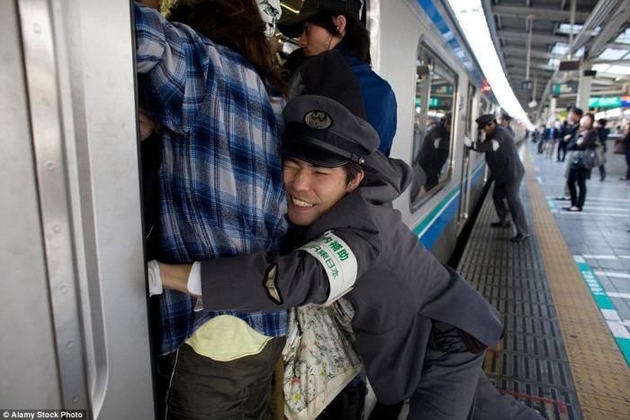 Как в японском метро людей в вагоны заталкивают