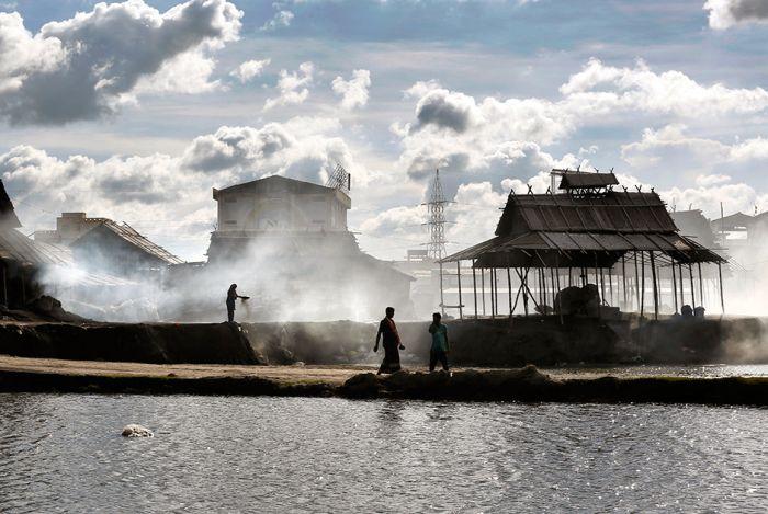 Нелегкая жизнь рабочих алюминиевого завода в Бангладеш