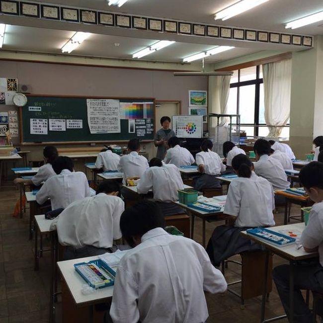 Как проходят уроки рисования в японской школе
