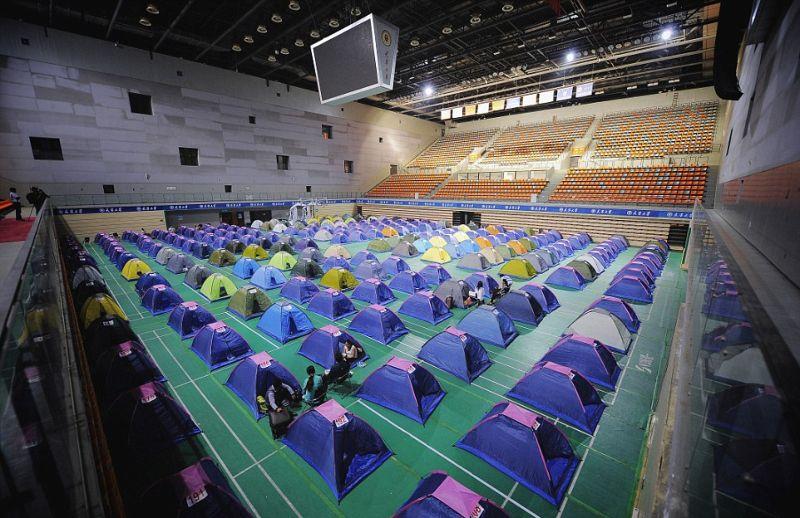 Родители китайских студентов живут в палатках три дня, чтобы их дети устроились