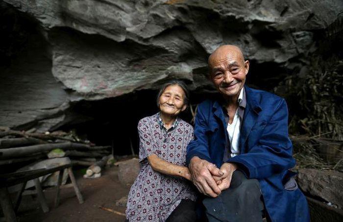 В Китае пожилая пара более 50 лет прожила в пещере