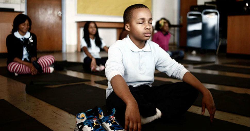 В одной школе наказания заменили медитацией, и результаты впечатляют
