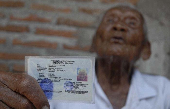 Житель Индонезии утверждает, что ему 145 лет