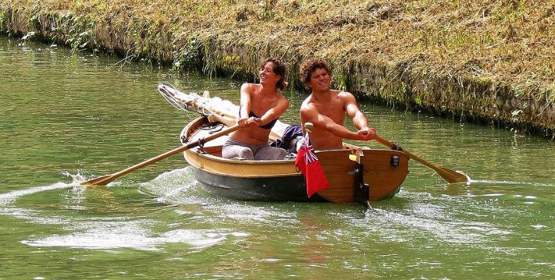 Супружеская пара проплыла на самодельной лодке из Англии во Францию