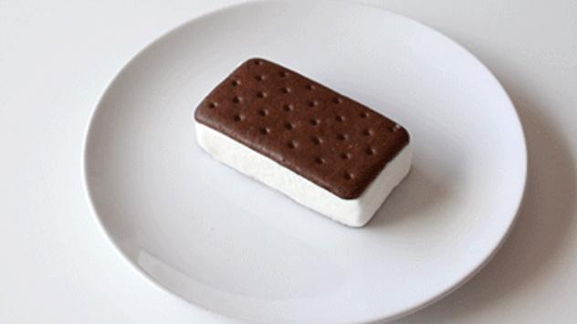 Художница Мар Куэрво и ее странное удовольствие от уничтожения десертов