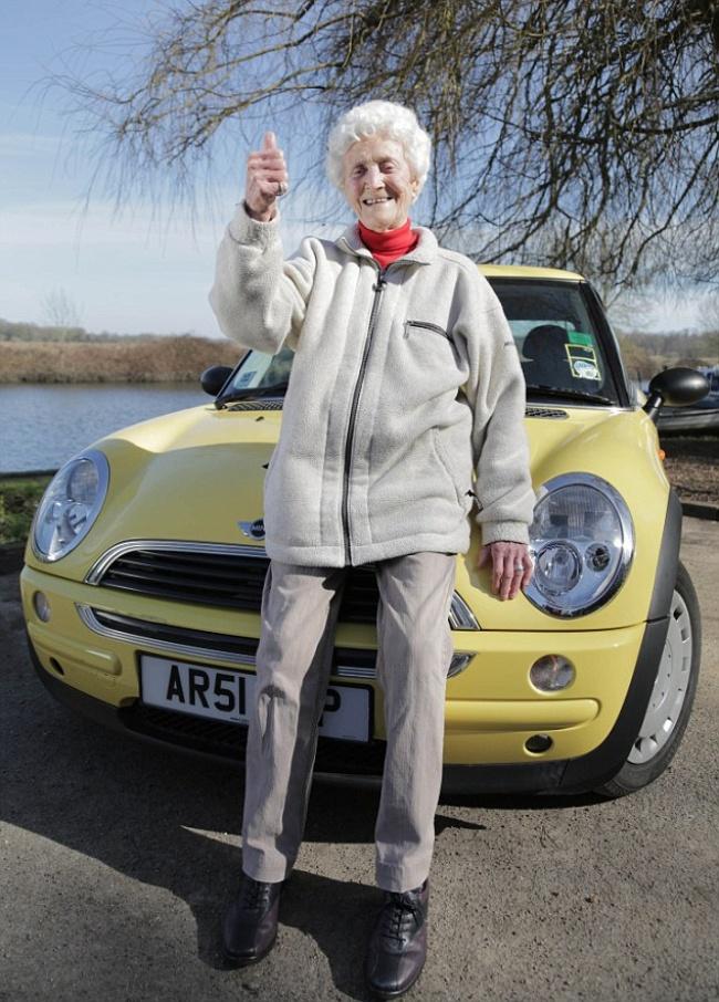 Эта женщина занимается йогой и пьет вино каждый день в свои 105 лет