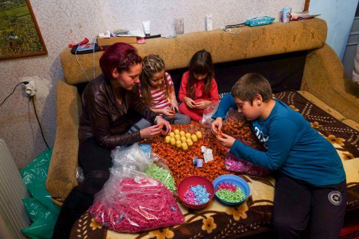 Как фасуют игрушки для шоколадных яиц