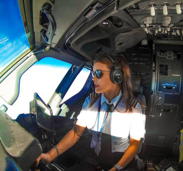 Девушка-пилот путешествует по миру и практикует йогу
