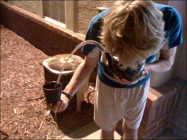 Забавный конкурс: меткое выдувание воды из чайника