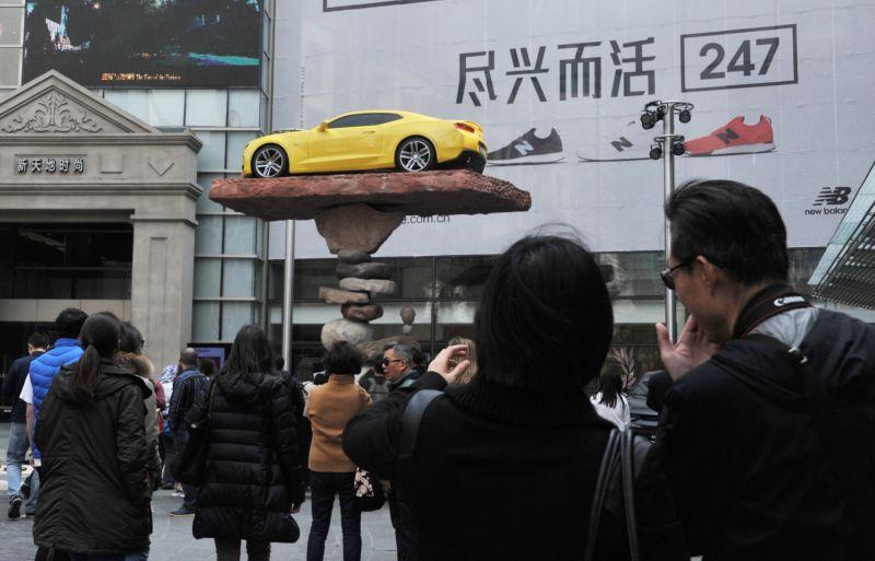 Мастер балансировки установил автомобиль на хрупкий постамент из камней