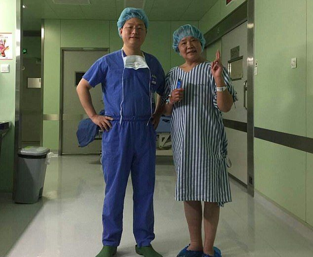 Хирурги разрешили пациентке пользоваться смартфоном во время операции