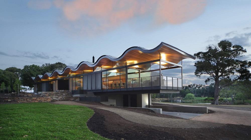 Частный дом с волнистой крышей в Австралии