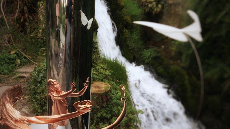 Деформированные скульптуры, смысл которых понятен лишь в отражении