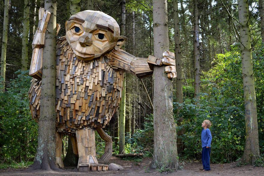 Гигантские скульптуры из переработанной древесины от Томаса Дамбо