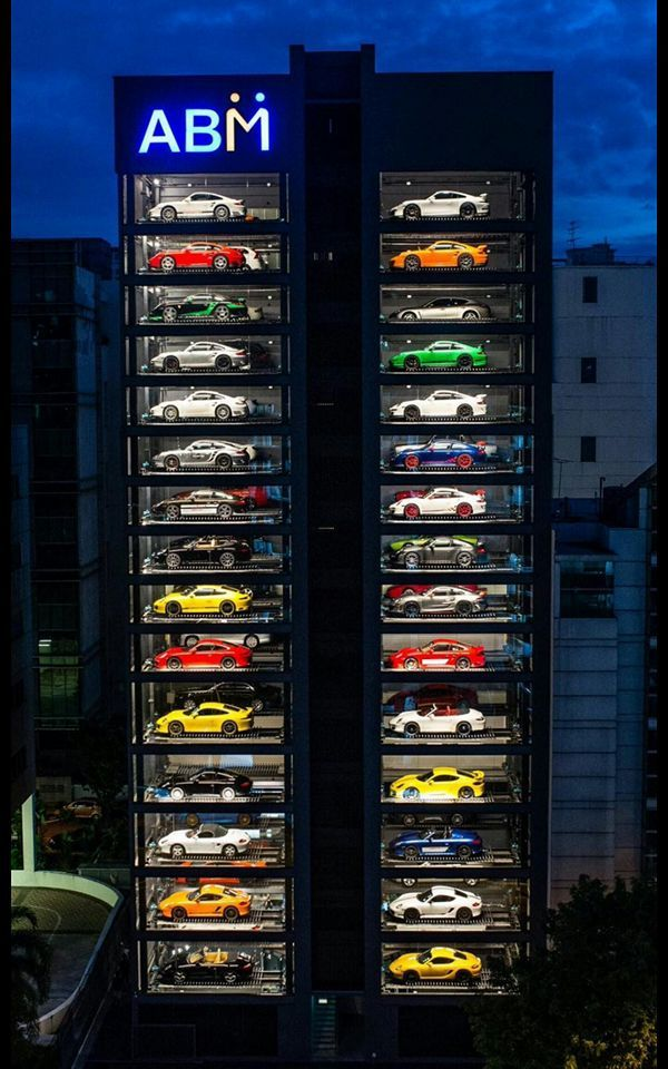 Гигантский автомат по продаже суперкаров в Сингапуре