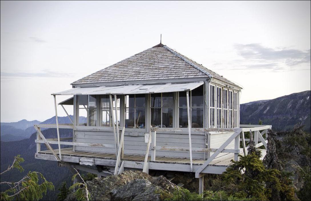 Старинная смотровая площадка для наблюдения за лесными пожарами