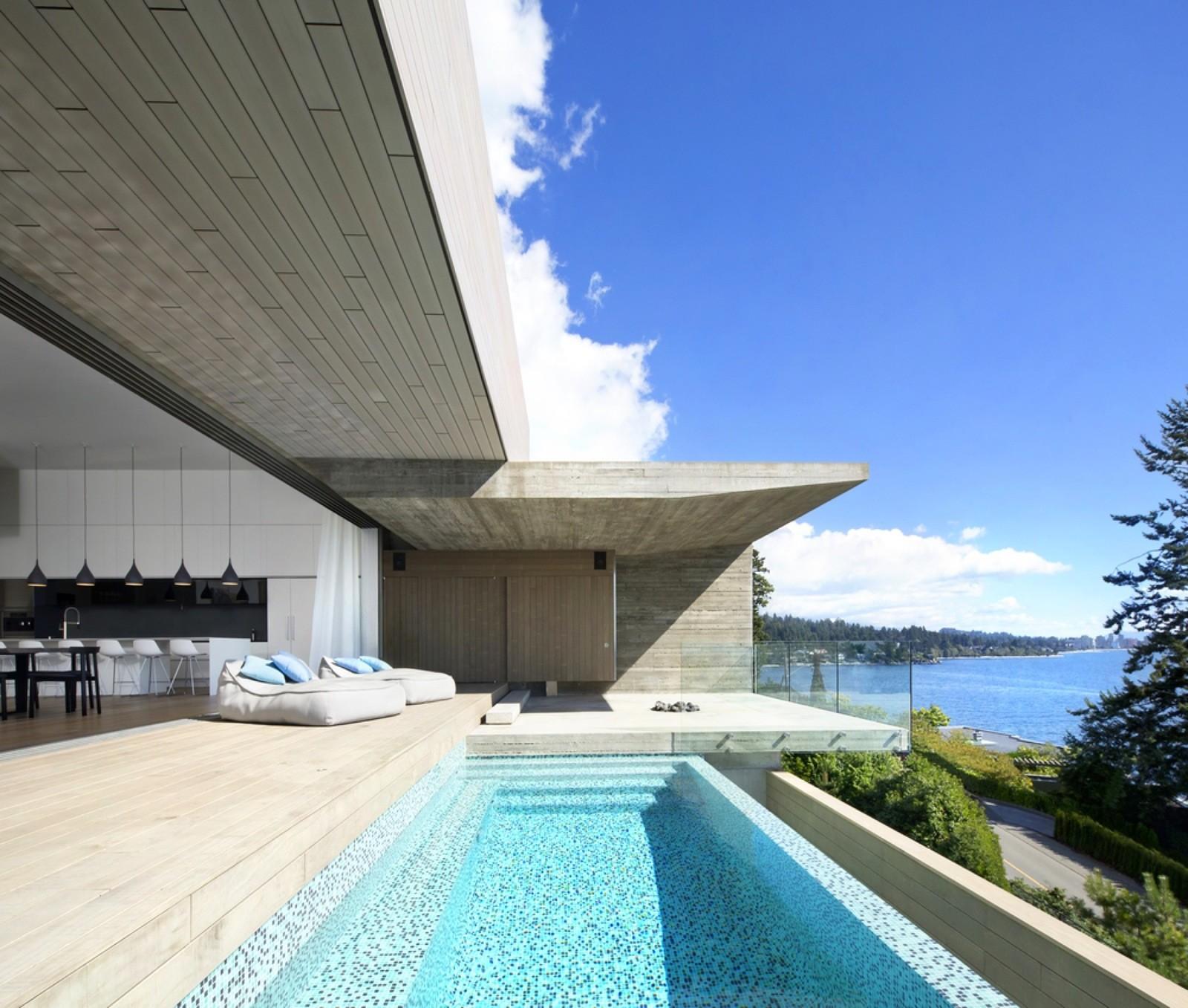 Дом на берегу океана в Западном Ванкувере