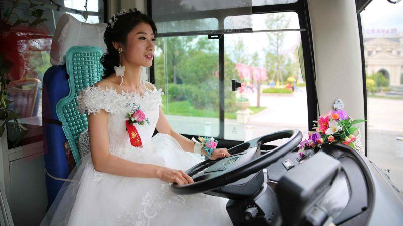 Невеста за рулем автобуса заехала за своим избранником