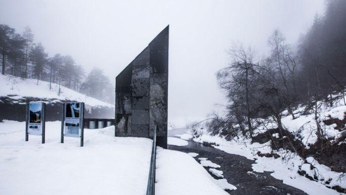 Общественный туалет у норвежского водопада