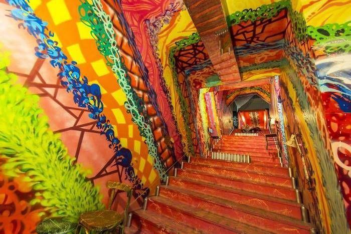 Парижское общежитие как выставка произведений уличного искусства