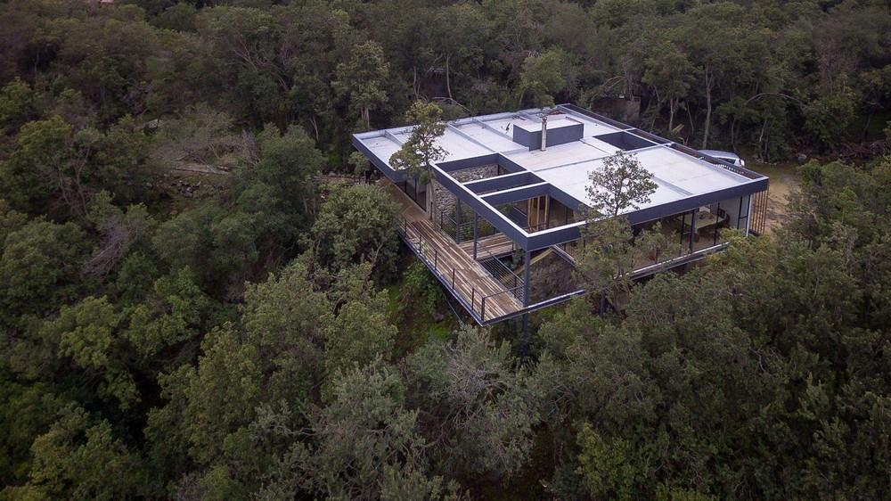 Семейный дом на склоне горного хребта