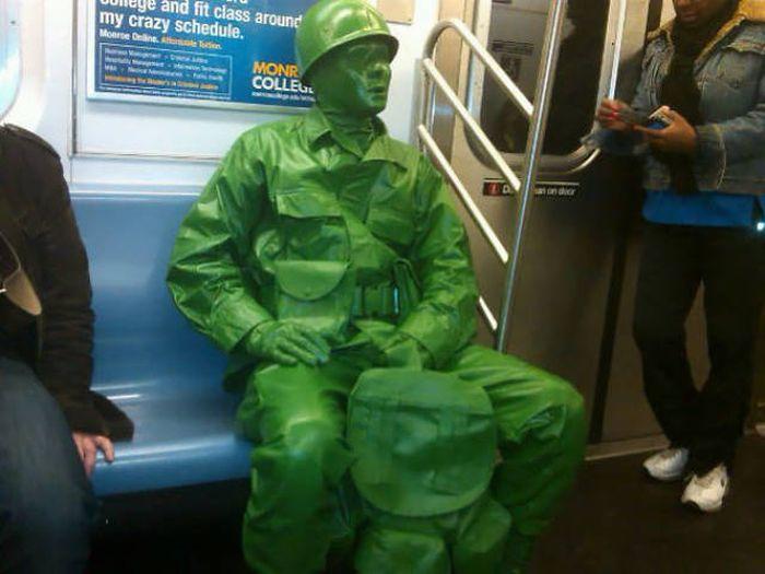 Странные пассажиры метро в разных городах мира