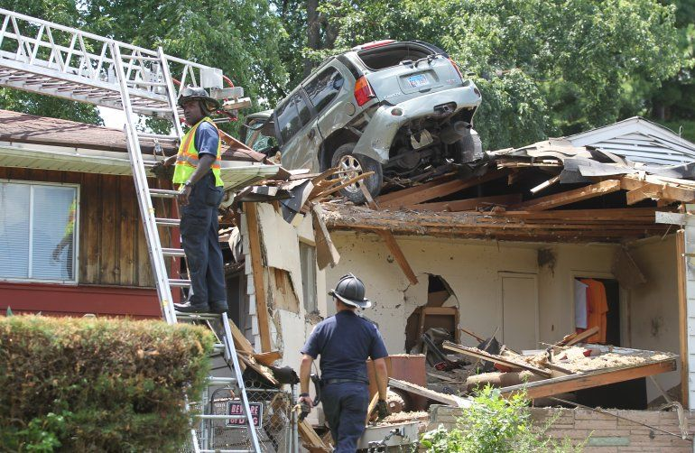 Внедорожник внезапно приземлился на крышу дома