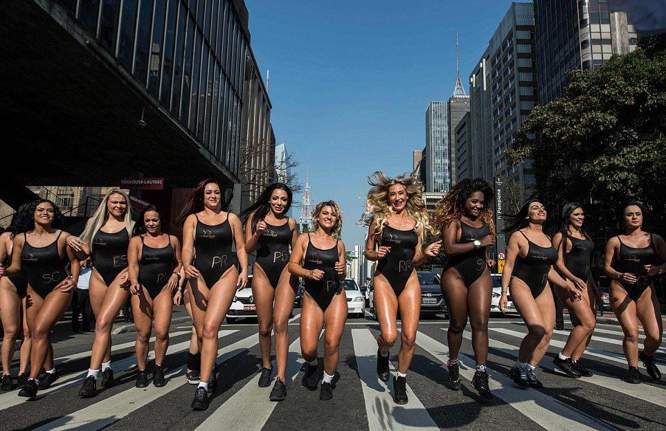 Участницы конкурса Miss Bum Bum 2017 на улицах Сан-Паулу