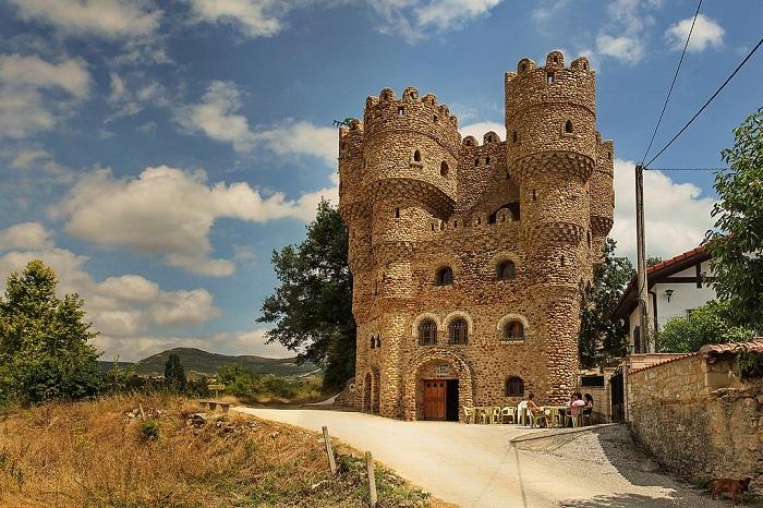 Испанец за 20 лет самостоятельно построил замок