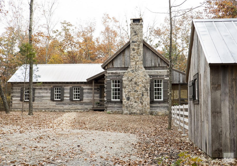 Лесная хижина из дерева и камня в США