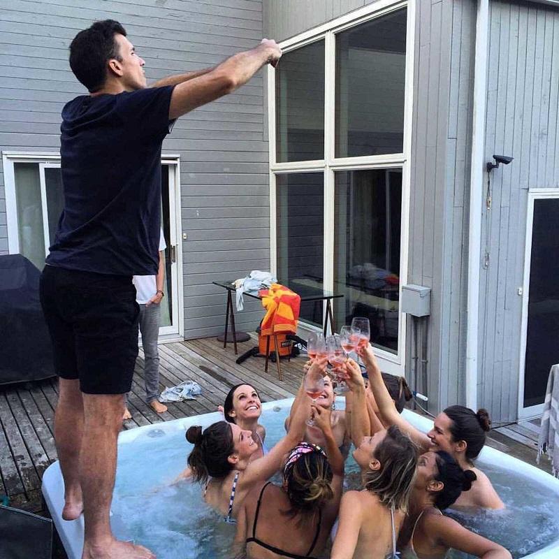 Парни вынуждены фотографировать своих девушек для Инстаграм