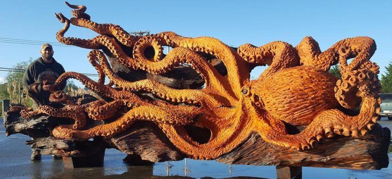 Резчик превратил ствола дерева в гигантского осьминога