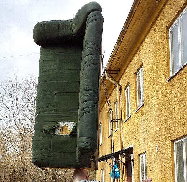 Ловкач может удерживать на подбородке диван, бензопилу и велосипед