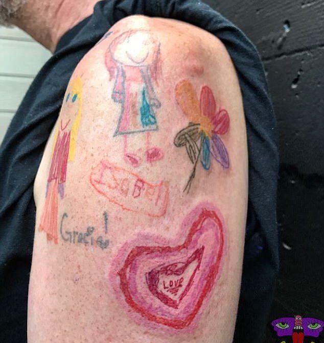 Отец забил себе руку рисунками маленькой дочери