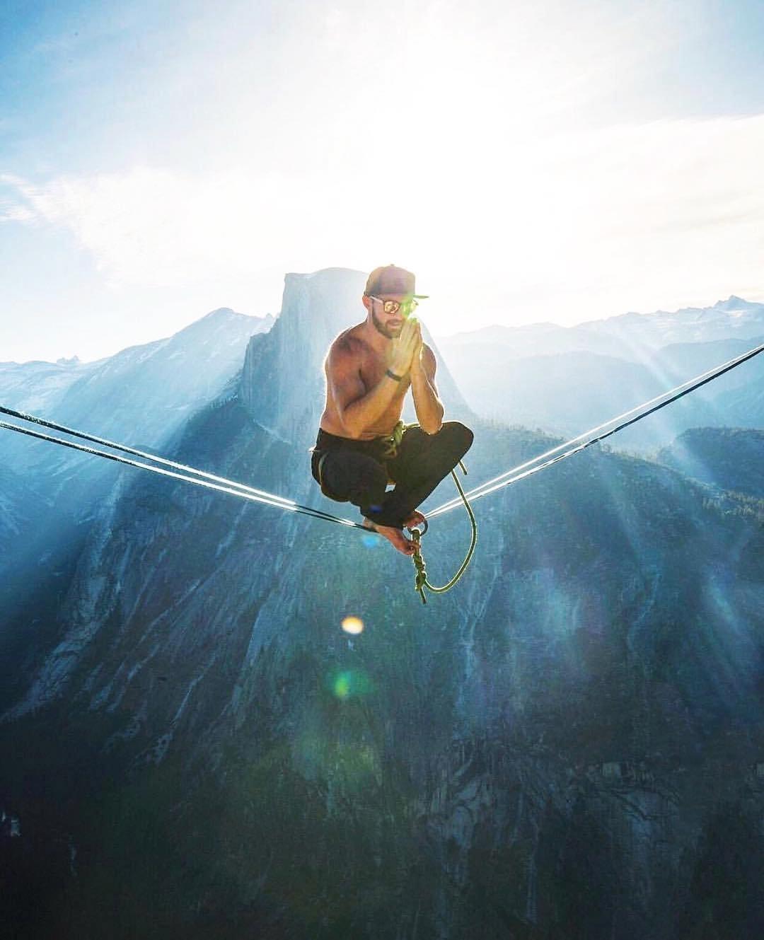 Трюки экстремала хайлайнера, который совершенно не боится высоты
