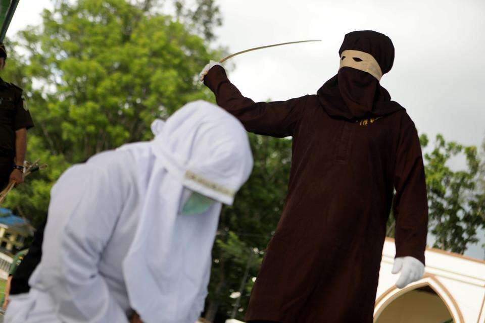 10 человек публично выпороли в Индонезии