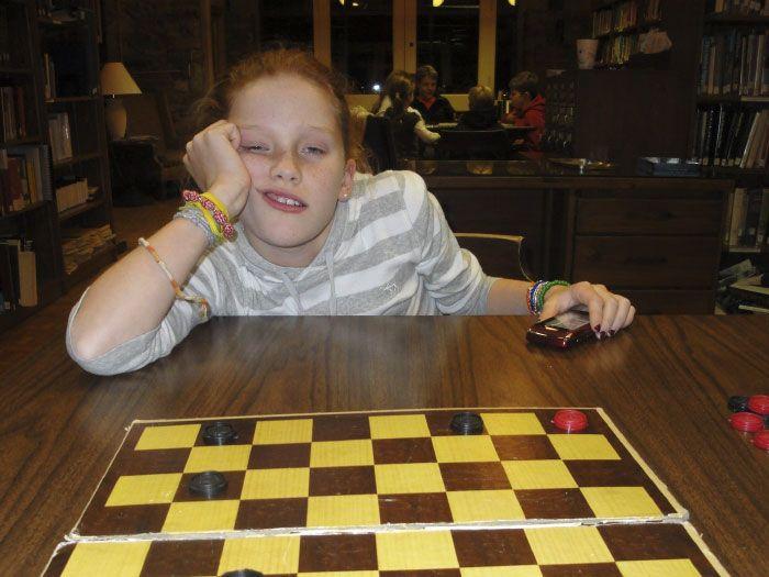 Кузина, проигрывающая в шашки, повзрослела еще на год