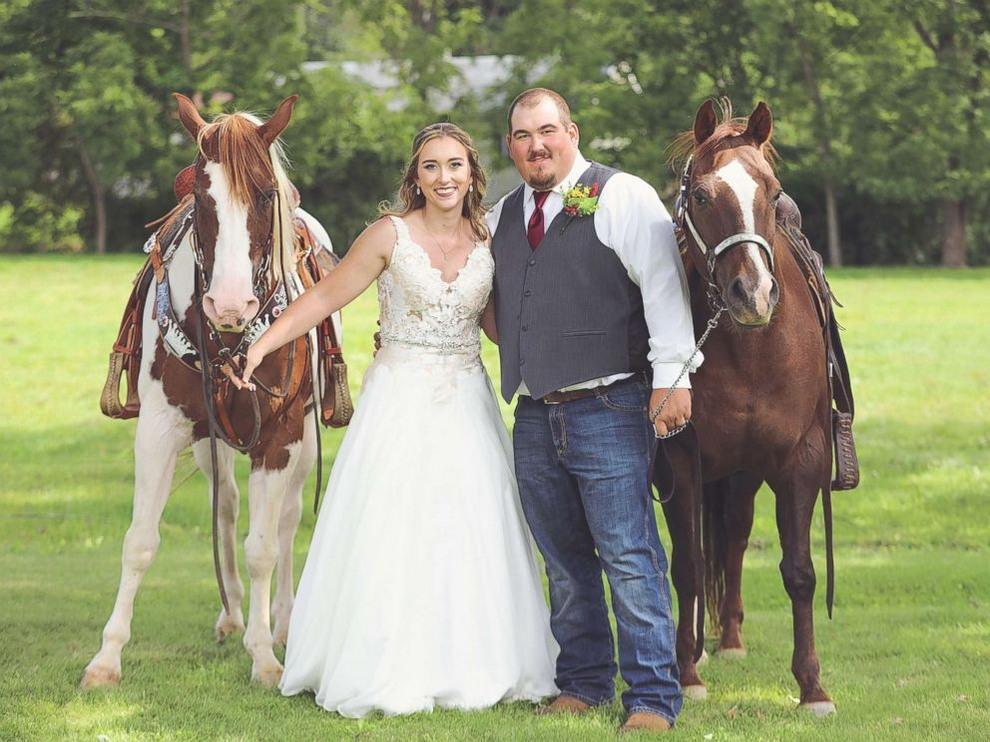Веселая лошадь затмила невесту на свадебных снимках