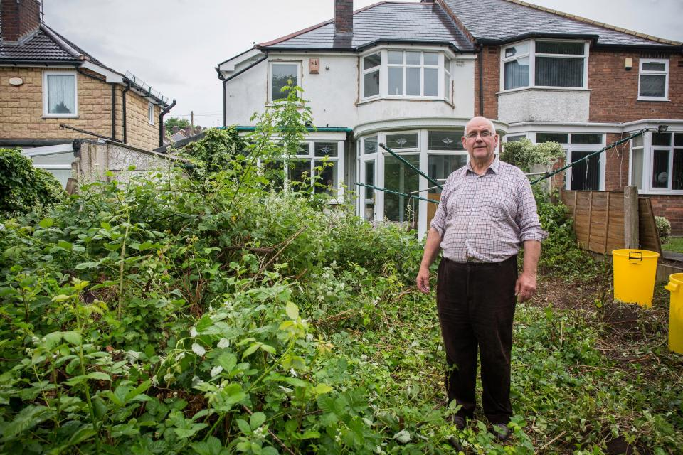Британский пенсионер завалил дом барахлом и не может туда зайти