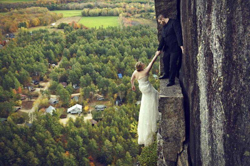 Экстремальная свадебная фотосессия на краю скалы