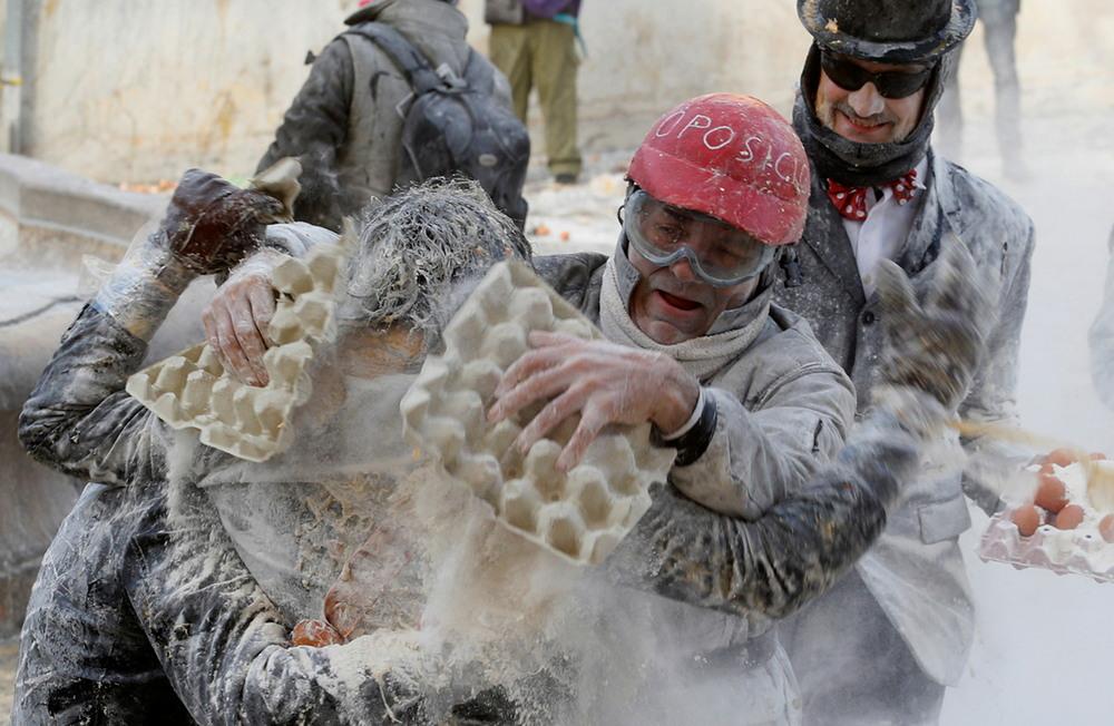 Традиционная битва мукой и яйцами в Испании