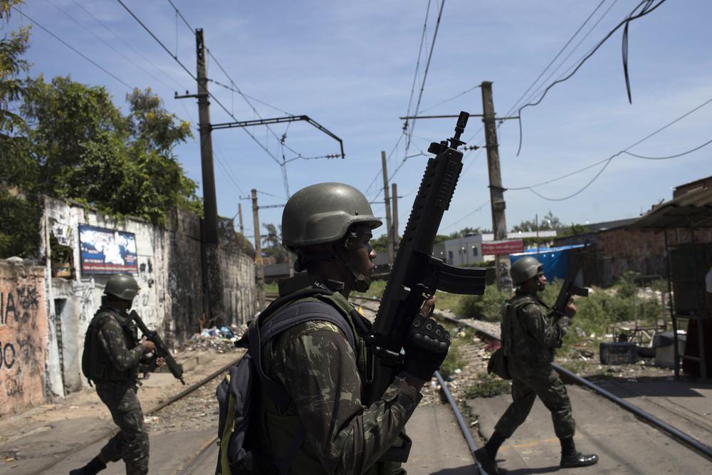 Военные и борьба с преступностью в трущобе Рио-де-Жанейро