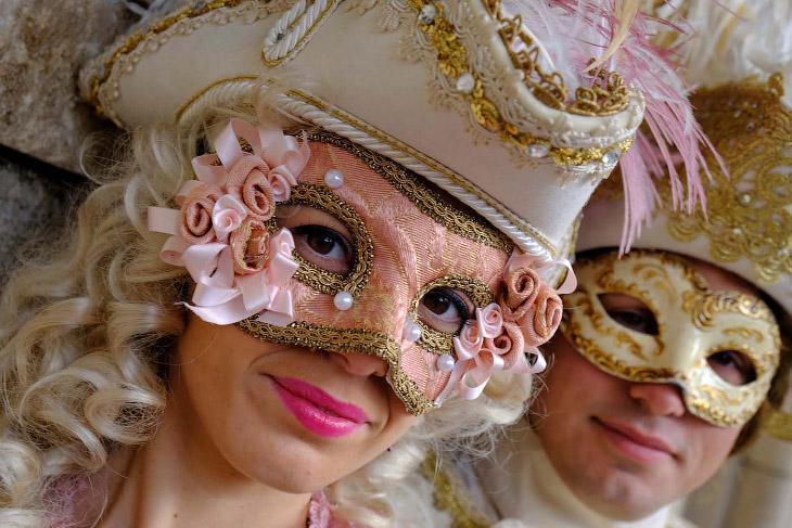 Грандиозный карнавал на улицах Венеции