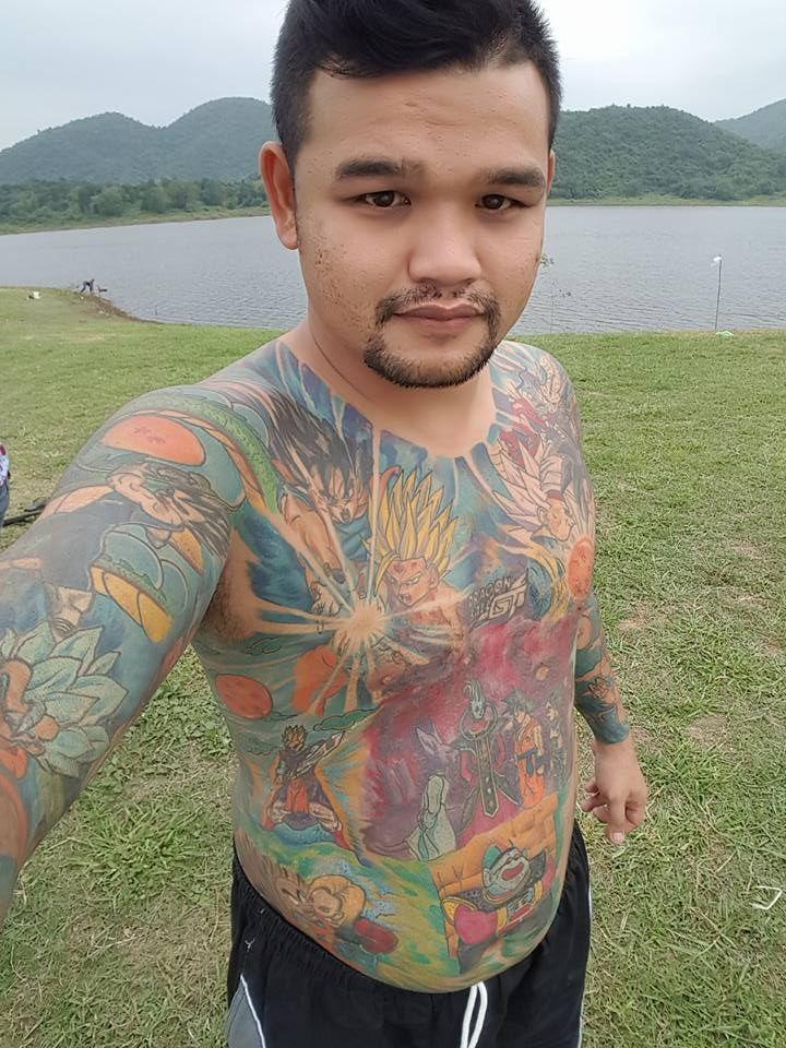 Фанат японского аниме забил тело татуировками