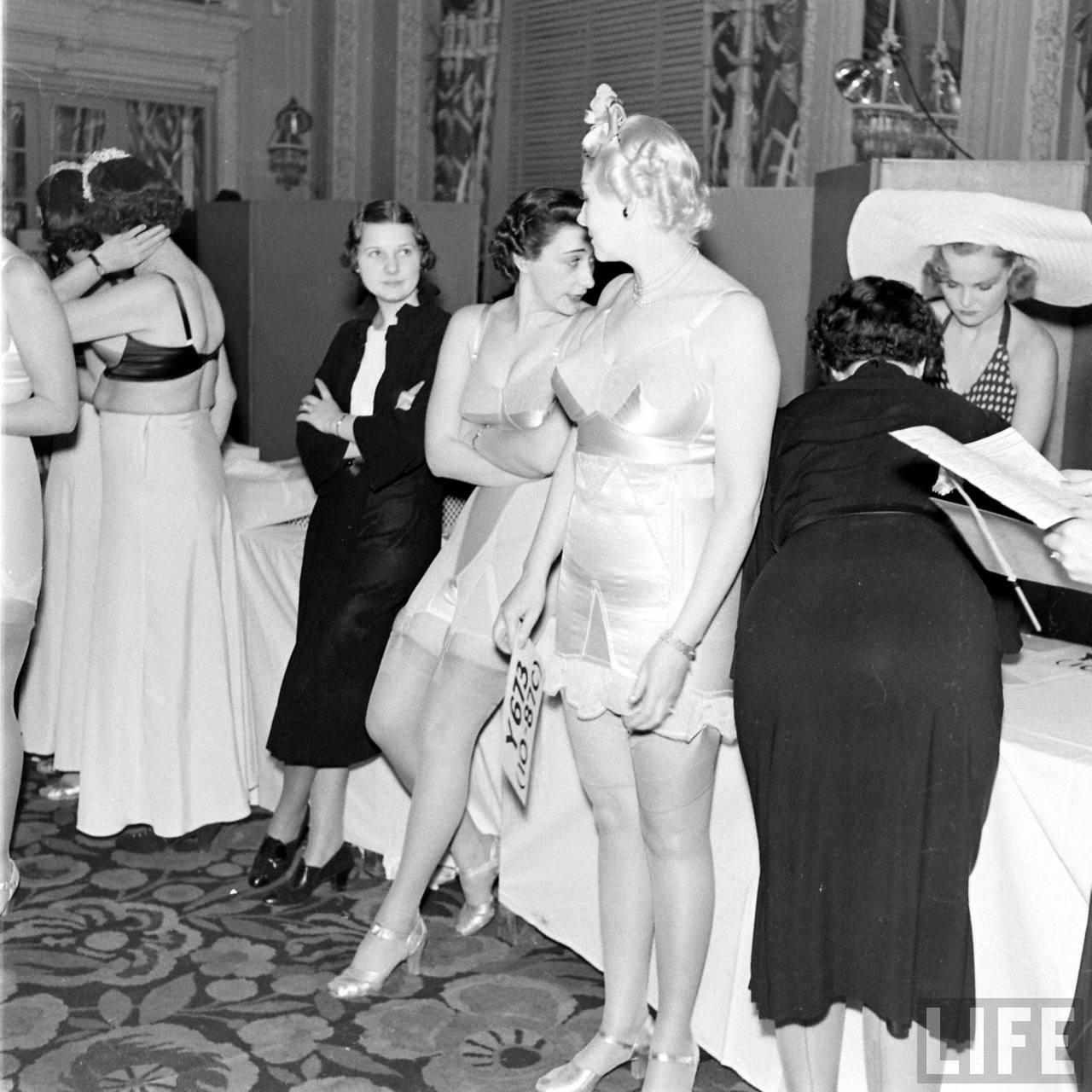 Показ нижнего белья и корсетов 1940 года